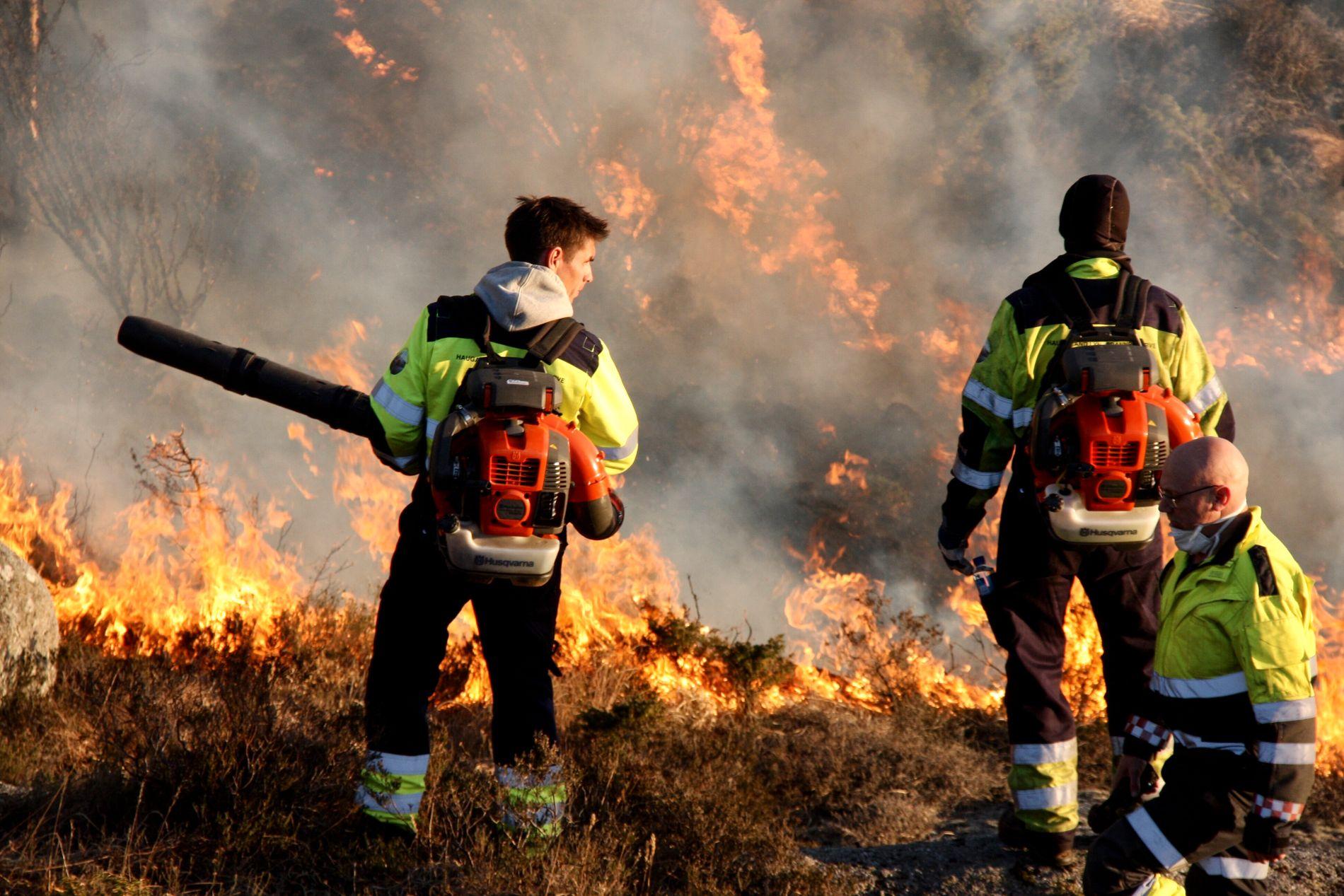 SVÆRT TØRT: Det brøt ut gressbrann i Tysvær i Rogaland lørdag. Brannen holdt det gående gjennom natten og ble slukket på formiddagen søndag.