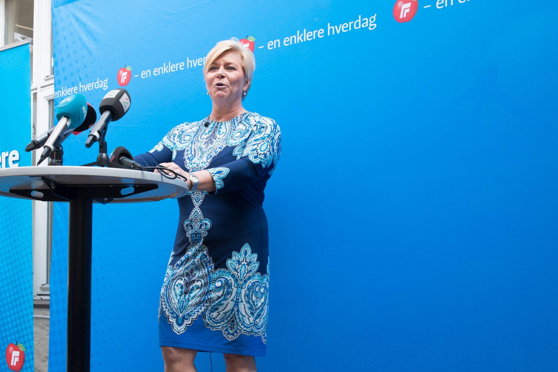 """VIL BLI ENDA BLÅERE: Partileder Siv Jensen lanserte fem punkter for å stramme inn asylinnvandringen til Norge på Frps pressekonferanse fredag som skal """"gjøre Norge tryggere""""."""