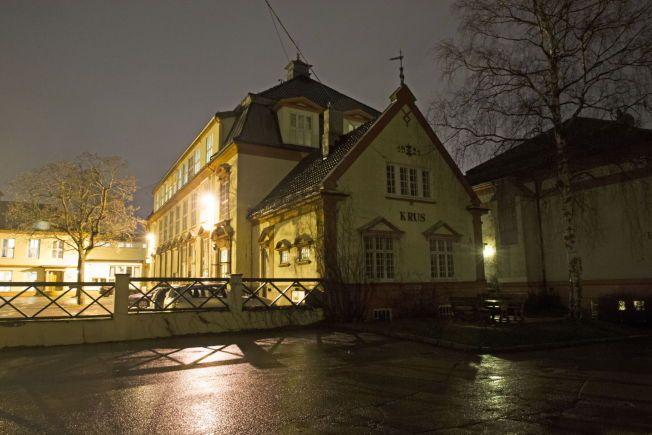 DRAKK PÅ FENGSELSSKOLEN: Her inne på området til Kriminalomsorgens utdanningssenter (KRUS) i Oslo foregikk skjenkingen av alkohol til fengselsaspirantene på oppdrag fra et selskap som justisdirektøren eier andeler i.