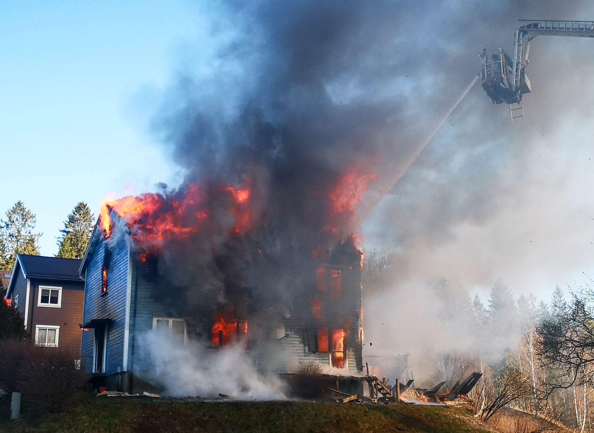 VOLDSOM BRANN: Et bolighus på Mysen ble totalskadet i brann lørdag.