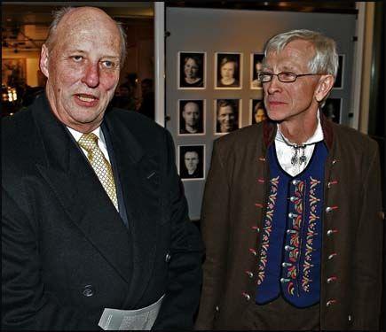 NORGES KONGE: Kong Harald leser nynorsk, men skriver det helst ikke selv. Her sammen med nynorskentusiast Nils Ulvund i Noregs Mållag. Foto: TROND SOLBERG