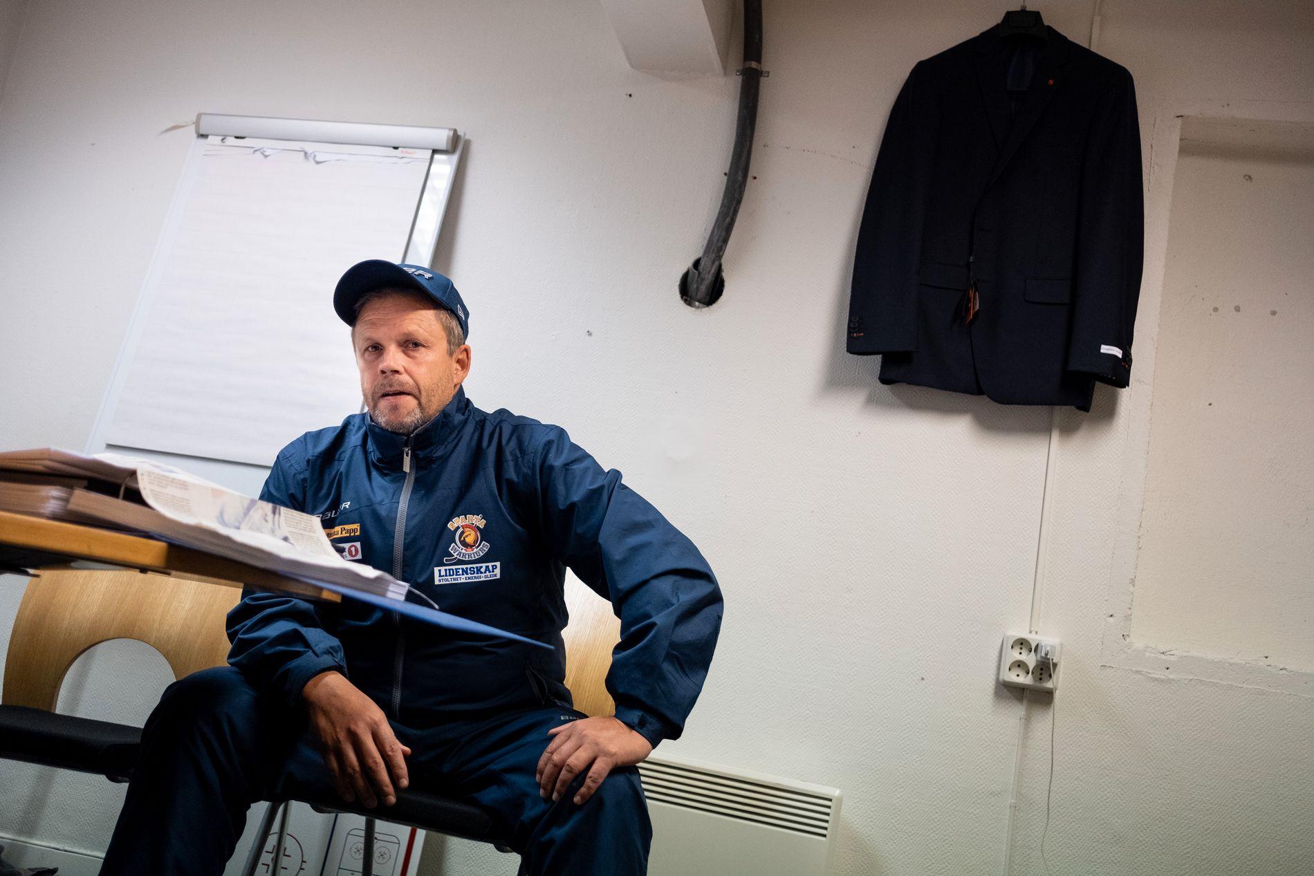 OPPGITT: Sparta-trener Sjur Robert Nilsen på kontoret i Sarpsborg.
