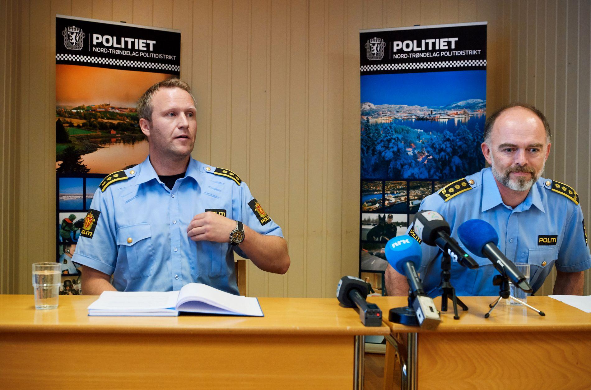 TO SIKTET: Lensmann Svenn Ingar Viken (t.v.) og politiadvokat Amund Sand på politiets pressekonferanse i fjor sommer. Ei tre år gammel jente døde i juni. Jentas mor og stefar er siktet.