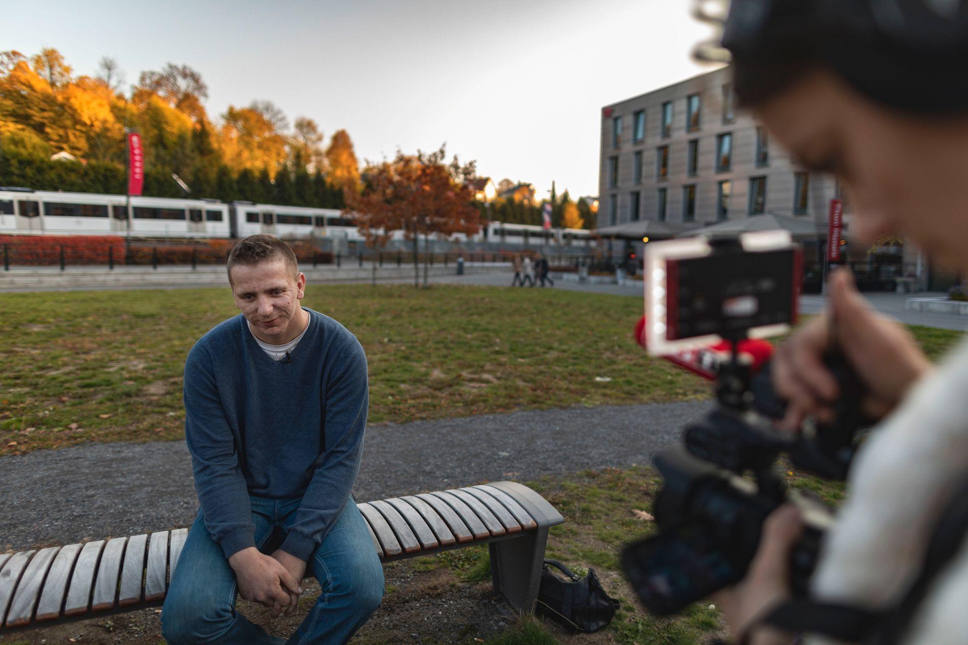INTERVJUET: Etter at VG publiserte saken om Magnus og brødrene på lørdag har det vært masse oppmerksomhet rundt 25-åringen. Her blir han intervjuet av VGTV noen timer før han skal på Debatten i NRK1.