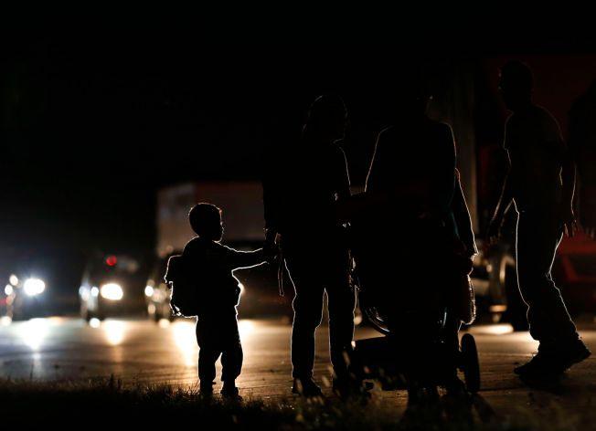 RISIKOFYLT: Flere familier med små barn er blant de mange som ikke så annen utvei enn å legge ut på motorveien til fots, da ungarske myndigheter sperret av togene.