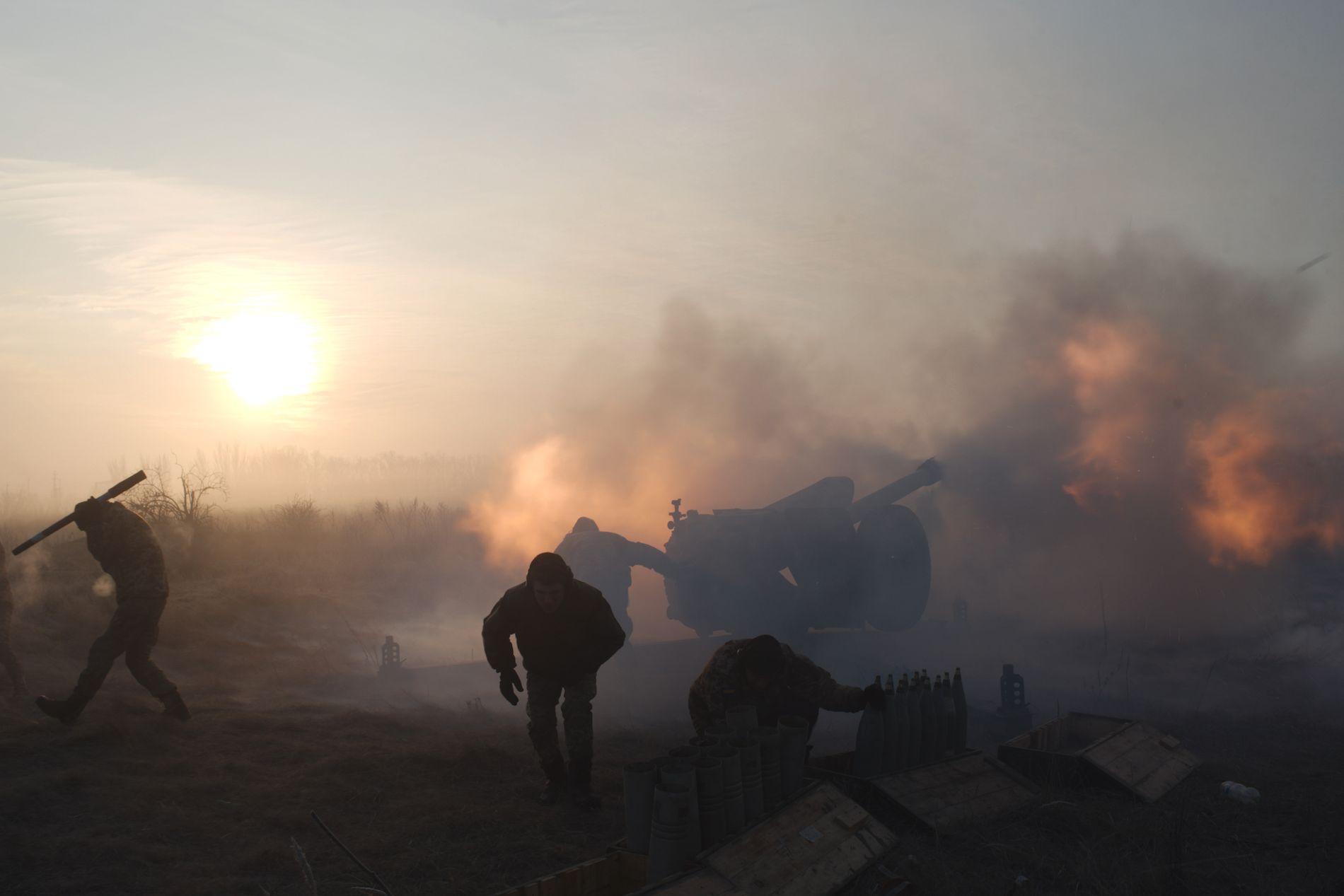 KRIGER: Ukrainske soldater avfyrer artilleri mot stillingene til de væpnede separatistene i den selverklært «Folkerepublikken Donetsk» øst i Ukraina, nær Novoluhanske 11. januar.