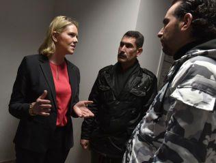 MØTTE FLYKTNINGER: Sylvi Listhaug møtte i januar flyktninger i Izmir i Tyrkia. her i samtale med Abul Wahab Jrab og Osman Ali (40).