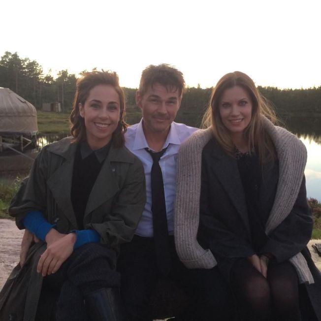 SKANDINAVISK TRIO: Her er Morten Harket flankert av danske Sofie Gråbøl og svenske Frida Farrell under innspillingen av videoen til «Under The Makeup» dypt inne i de telemark'ske skoger.