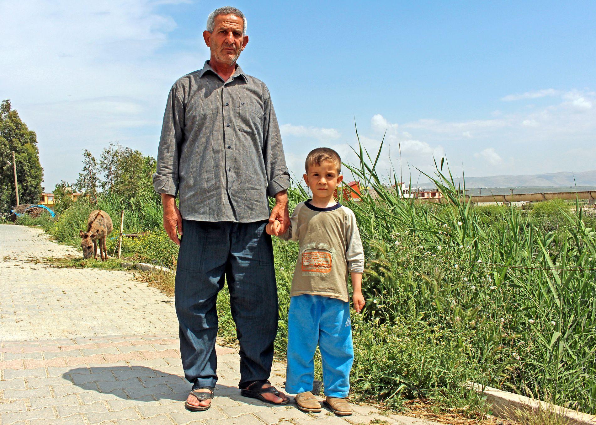 NÆR GRENSEN: Hasan Halaweh (57) overlevde gassangrepet. Sønnen Husein (5) våknet til live etter først å ha blitt antatt omkommet, mens datteren Maram (9) døde. Kona Ramsa (50) er fortsatt livstruende syk.