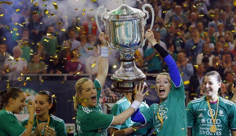 SEIERSGLISET: Heidi Løke og Katrine Lunde poserer for kameraene med Champions League-troféet. Foto: Reuters