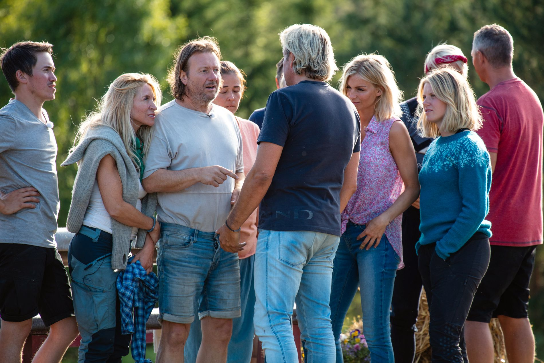 TOK FARVEL: Runar Søgaard synes det var trist å ta farvel med de andre «Farmen kjendis»-deltagerne.