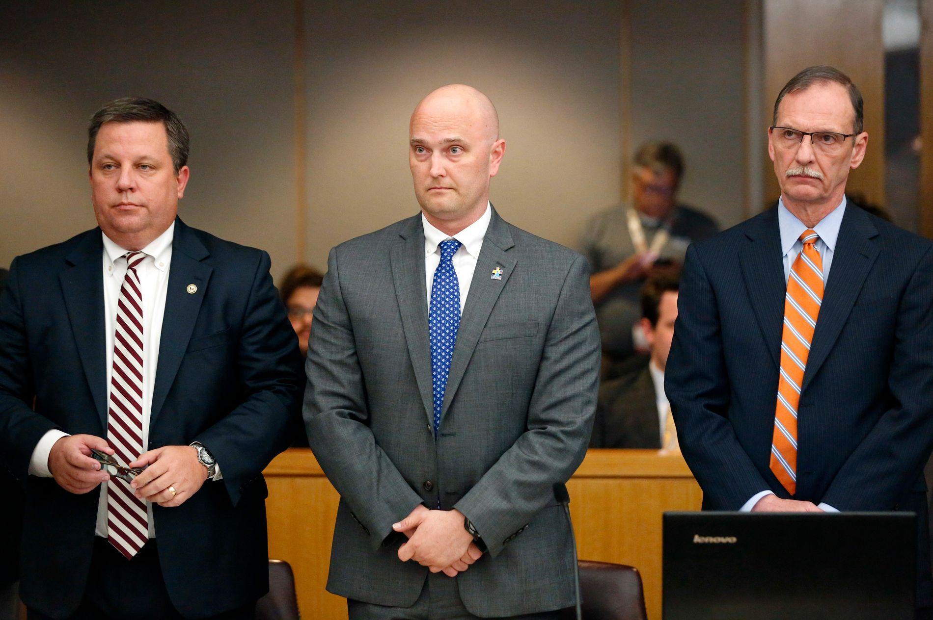 DØMT: Eks-politimannen Roy Oliver (i midten) fikk tirsdag sin dom. I retten ble han forsvart av advokatene Miles Brissette og Bob Gill.