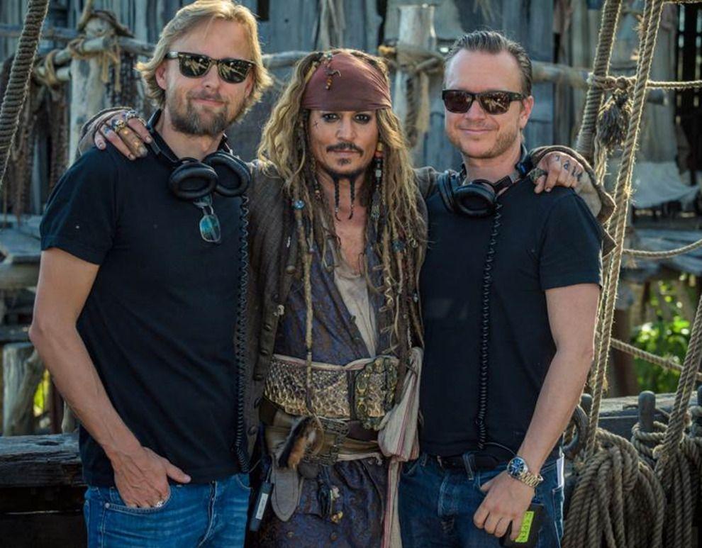 SJEFER: Hovedrolleinnehaver Johnny Depp omkranset av regissørene Joachim Rønning (t.v.) og Espen Sandberg.