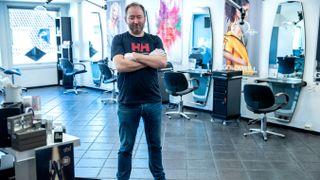 TOM SALONG: Daglig leder Morten Nordås i m&e har lite å gjøre etter at ble pålagt å holde stengt og måtte permittere syv frisører.