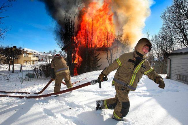 FARLIGE ASYLBRANNER: En person ble sendt til sykehus etter brannen ved Mortensnes asylmottak i Tromsø i april 2012.