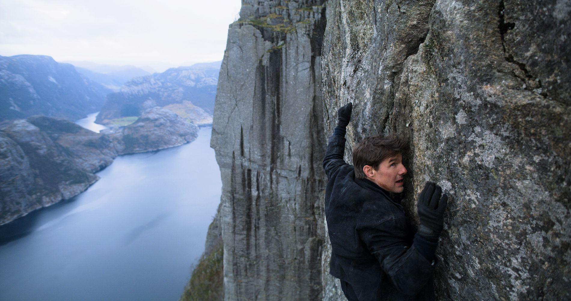 MYE BRUKT: Dette dramatiske bildet av Tom Cruise som henger utenfor Preikestolen er nå mye brukt i anmeldelsene av filmen.
