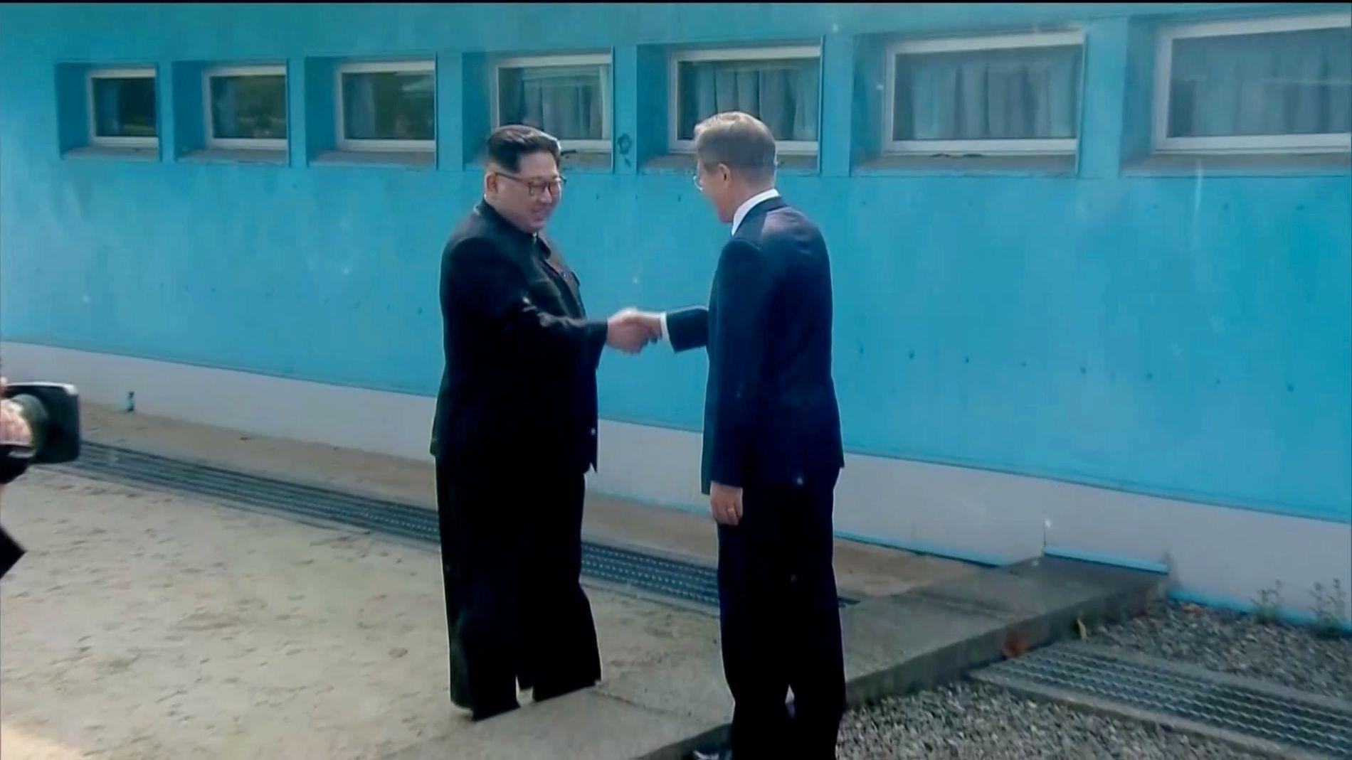 HÅND I HÅND:  Det er første gang  Kim Jong-un møter Moon Jae-in. Og første gang han er i Sør-Korea. Her ser man det historiske håndtrykket.