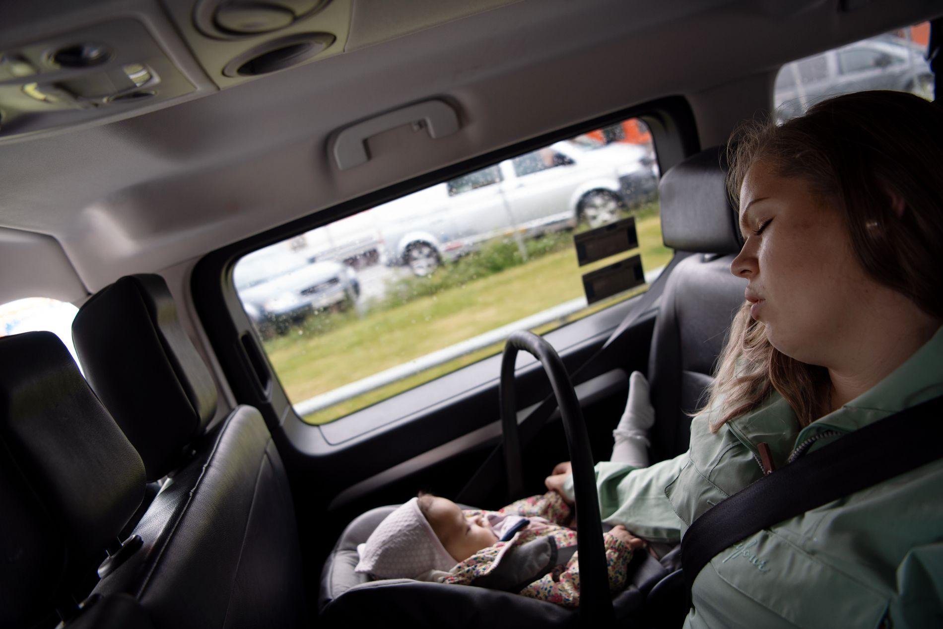 PÅ REISE: Det har blitt mange turer til ulike sykehus for Isabella og foreldrene fra Etnesvågen utenfor Molde. Her er mamma Ragnhild Halsten i taxi på vei til hurtigbåten fra Trondheim til Kristiansund etter at Isabella fikk operert inn matsonde i magen ved St. Olavs hospital i juni.