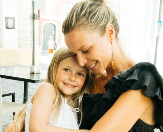MORSKJÆRLIGHET: Vanessa Rudjord, blogger og tidligere moteredaktør, koser seg stort når det er hennes uke med datteren Luca (6). Da trener de karate, lager middag og leker.