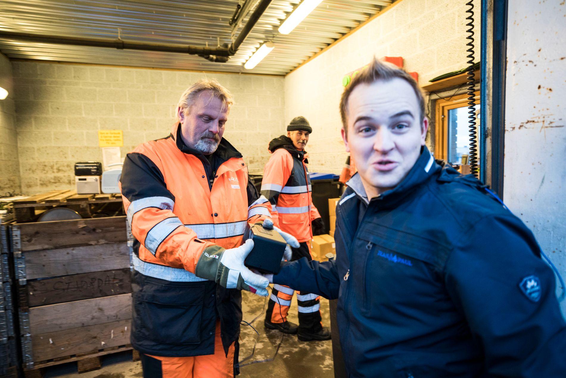UINTERESSERT: Espen Eivik leverer inn en gammel FM-radio til Arild Olsen ved Iris Miljøtorg Bodø, men bryr seg ikke om å kjøpe ny radio.