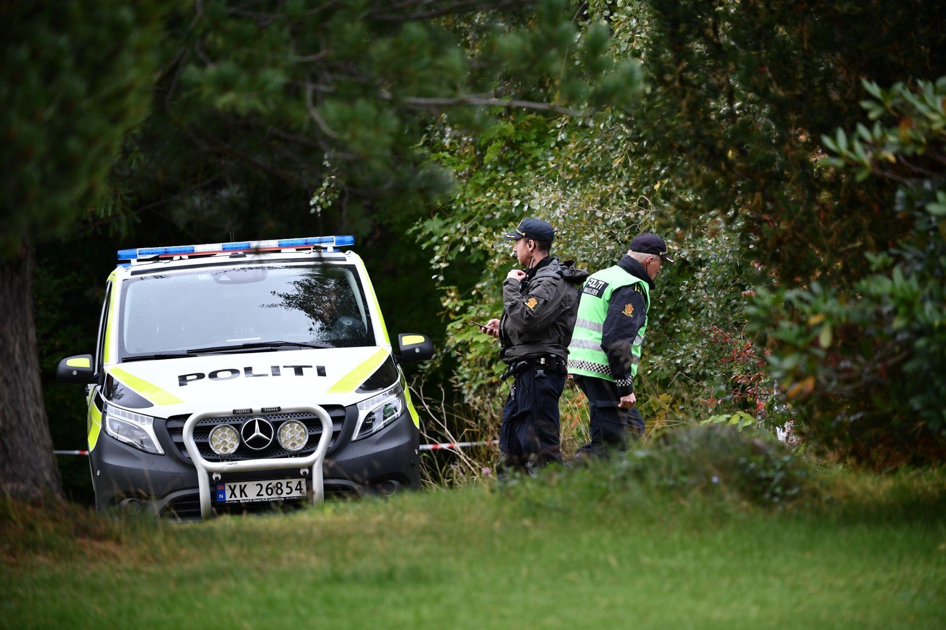 SPERRET AV: Et skogområde ved Staupshaugen i Levanger ble torsdag ettermiddag sperret av etter at en turgåer oppdaget en død person langs stien.