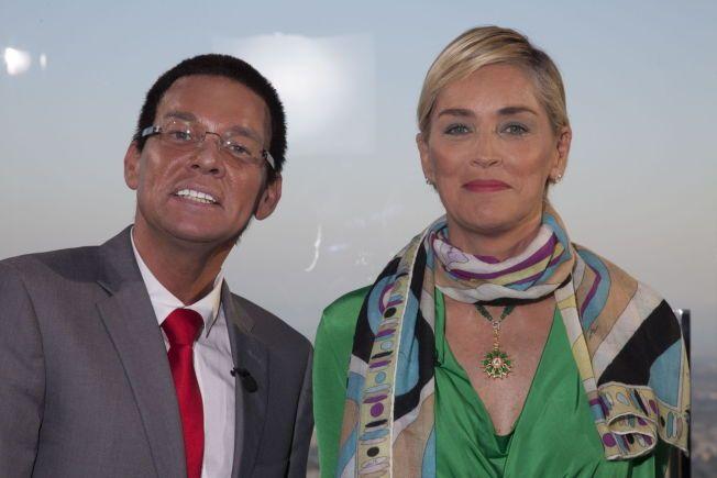 NYSKAPNING: Kristian Valen i rollen som CNN-kommentator Richard Quest, her sammen med intervjuobjektet Sharon Stone. Foto: TVNorge.