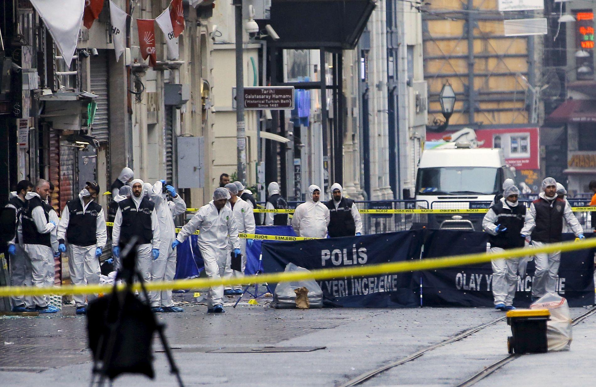 ÅSTEDET: Politiet utfører tekniske undersøkelser etter terrorangrepet.