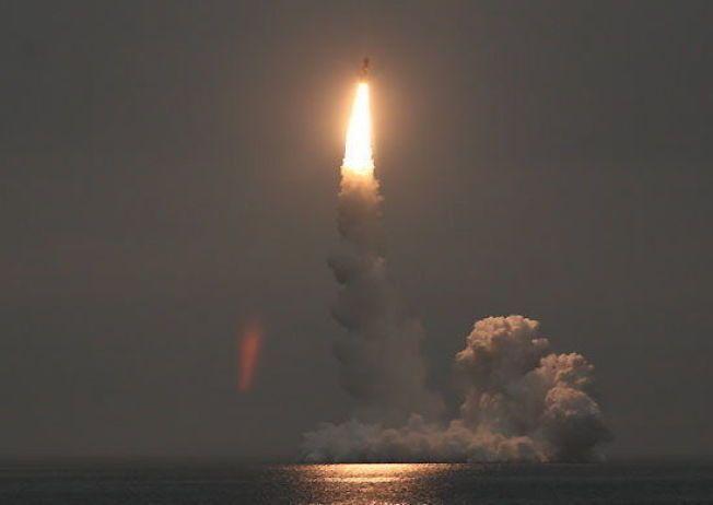 RUSSISK RAKETT: Et russisk Bulava-missil blir avfyrt fra en Borey-klasse ubåt under en tidligere øvelse. Bildet er lagt ut på det russiske forsvarsdepartementets nettside i september 2014.