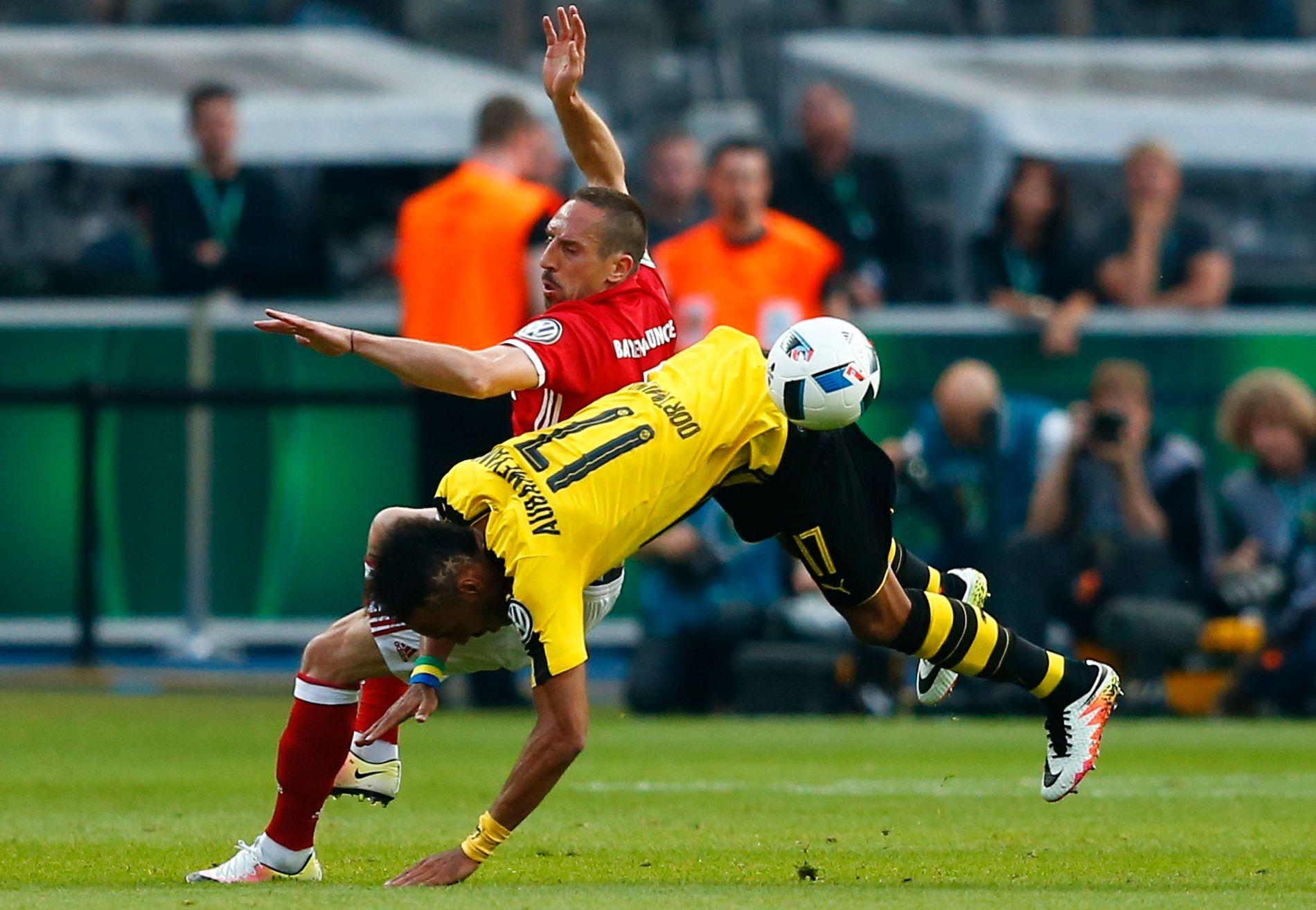 FINALEDUELL: Borussia Dortmunds Pierre-Emerick Aubameyang og Bayern Münchens Franck Ribery i en heftig duell på Olympiastadion i Berlin.