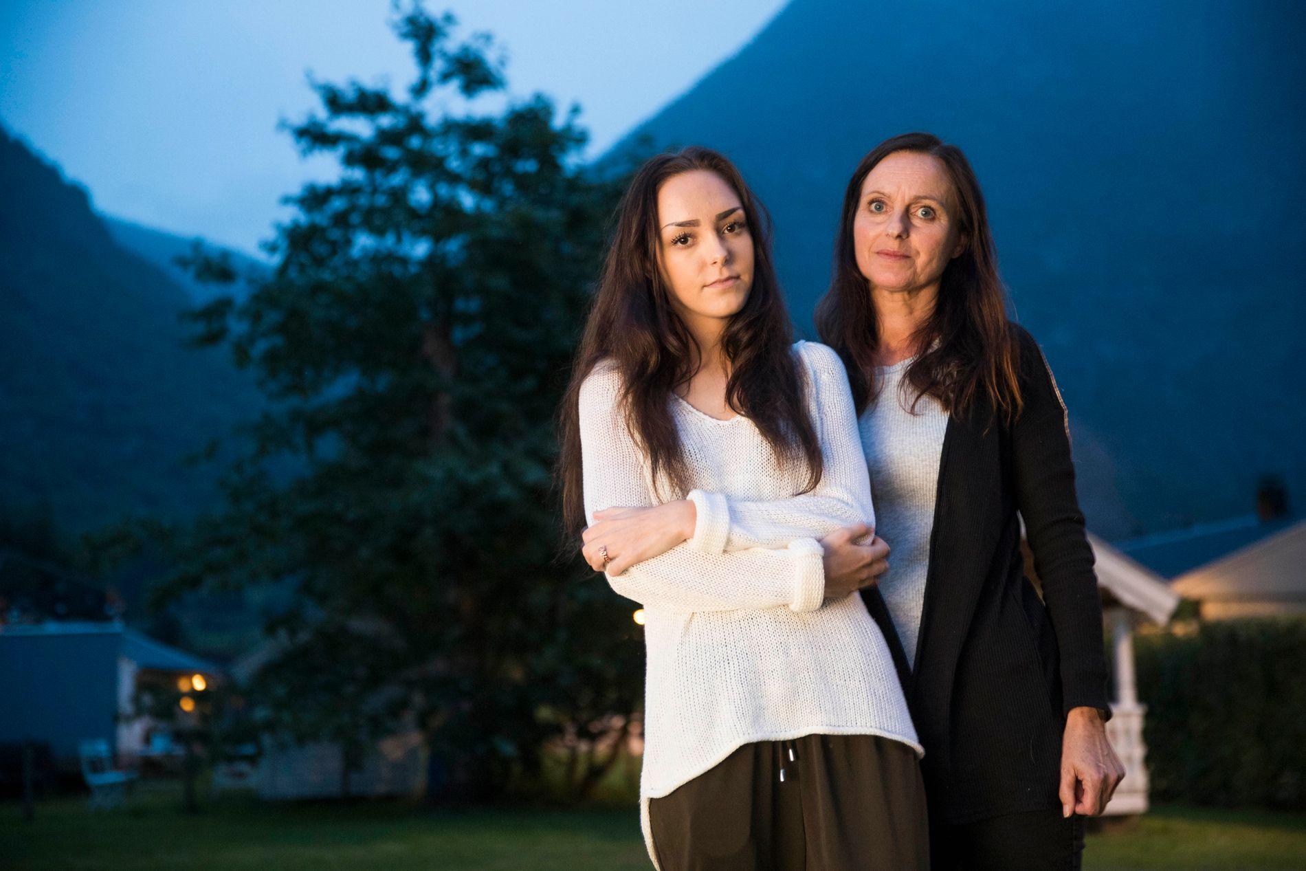 STÅR SAMMEN: Andrea Voll Voldum og hennes mor Wenche Voll hjemme i Lærdal.