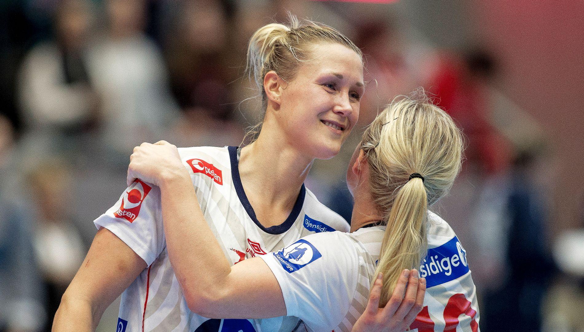 GAMMEL OG GOD: Marit Malm Frafjord vant EM-gull med Norge allerede for 10 år siden. Nå blir hun igjen en nøkkelspiller under EM i Sverige. Her gratuleres strekspilleren med ett av sine syv mål av kaptein Stine Bredadl Oftedal.