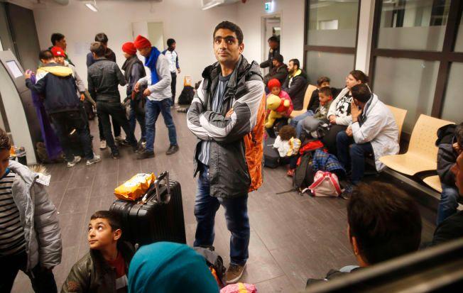 VENTER PÅ MOTTAK: Flyktningstrømmen til Norge har sprengt kapasiteten ved PUs registrering på Tøyen i Oslo. Her syriske Matar Abdulrahim og sønnen Hussein som ventet på registrering hos PU i forrige uke.