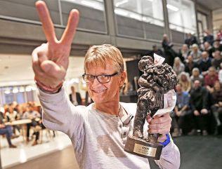 """VINNER: Mads Gilbert med den synbare beviset på at han er kåret til Årets navn i VG i 2014: statuetten «Gutten med rosebuketten"""". Prisen ble overrakt under en tilstelning i VG ved 14.30-tiden fredag."""