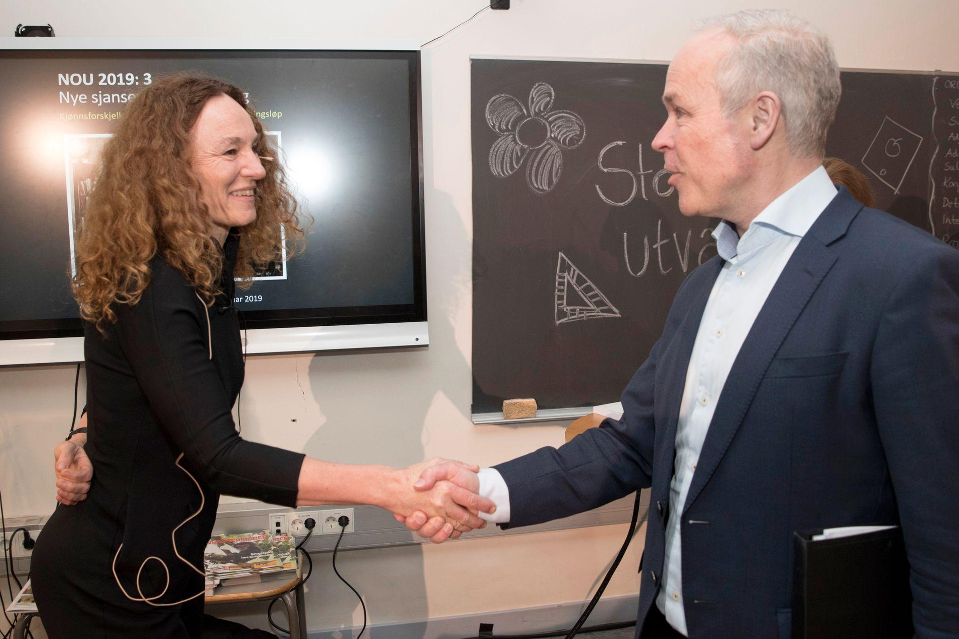 VIL LØFTE GUTTENE: Camilla Stoltenberg overleverte i dag anbefalingene fra utvalget hun selv leder til kunnskapsminister Jan Tore Sanner på Eiksmarka skole i Bærum.