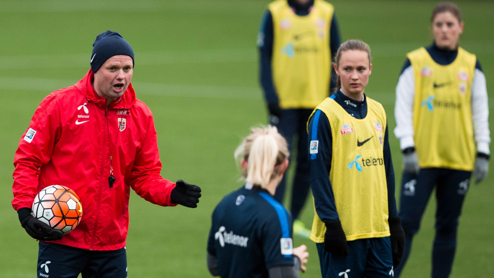 FERDIG: Landslagssjef Roger Finjord (t.v.) og Caroline Graham Hansen og Maren Mjelde (t.h.) under en av de siste treningene med damelandslaget på Woudestein stadion i forkant av OL-kvalifiseringen.