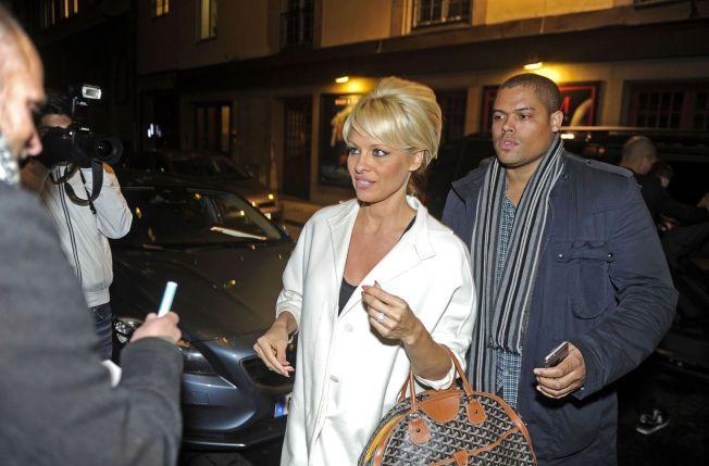 BESØKTE SVERIGE: Pamela Anderson skal være gjest i fredagens «Skavlan»-sending. Hun ble fulgt av sikkerhetsvakter da hun ankom Stockholm torsdag.