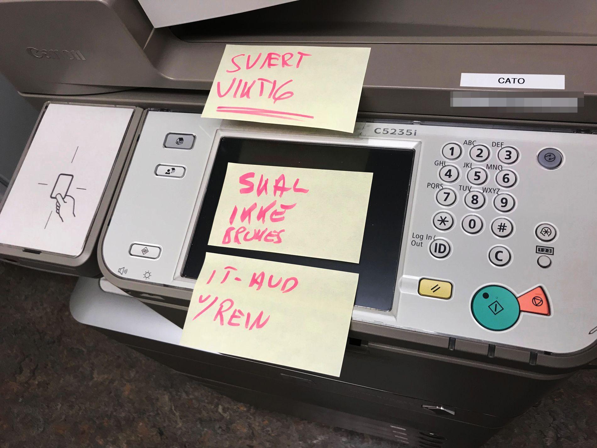 ADVARSEL: «Svært viktig, skal ikke brukes», står det på printeren under hovedtrappen opp i vandrehallen på Stortinget. VG fant ni printere med lignende advarsler rundt om på Stortinget.