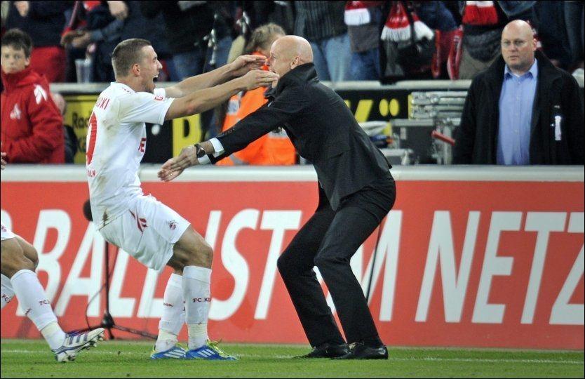 SKILLER LAG? Lukas Podolski er kjent som en varm forsvarer av Ståle Solbakken, som han her er i ferd med å klemme. Nå er tyskeren på vei til Arsenal. Foto: Bjørn S. Delebekk