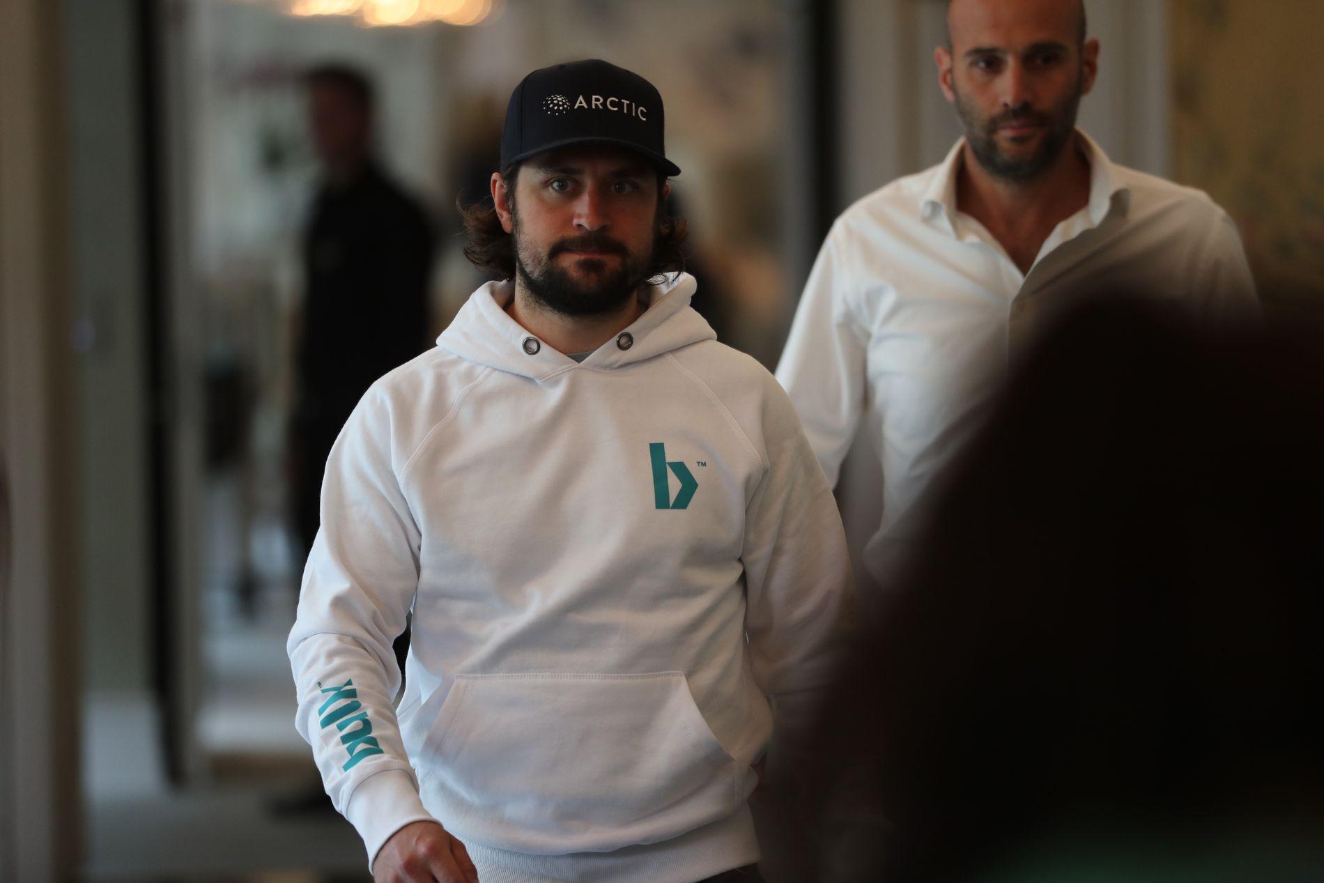 SIGNERTE SUPERAVTALE: Mats Zuccarello på vei inn i teatersalen til Hotel Continental for å signere det manageren Kevin Skabo (t.h) omtalte som den største avtalen i norsk idrett.