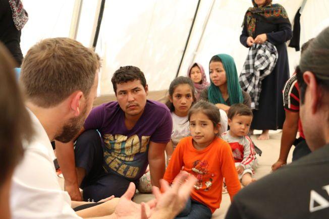MØTTE FLYKTNINGER: Leder i Sosialistisk Venstreparti Audun Lysbakken dro torsdag til øya Lesbos. Der møtte han flyktninger som har tatt den farefulle ferden over Middelhavet til Europa.