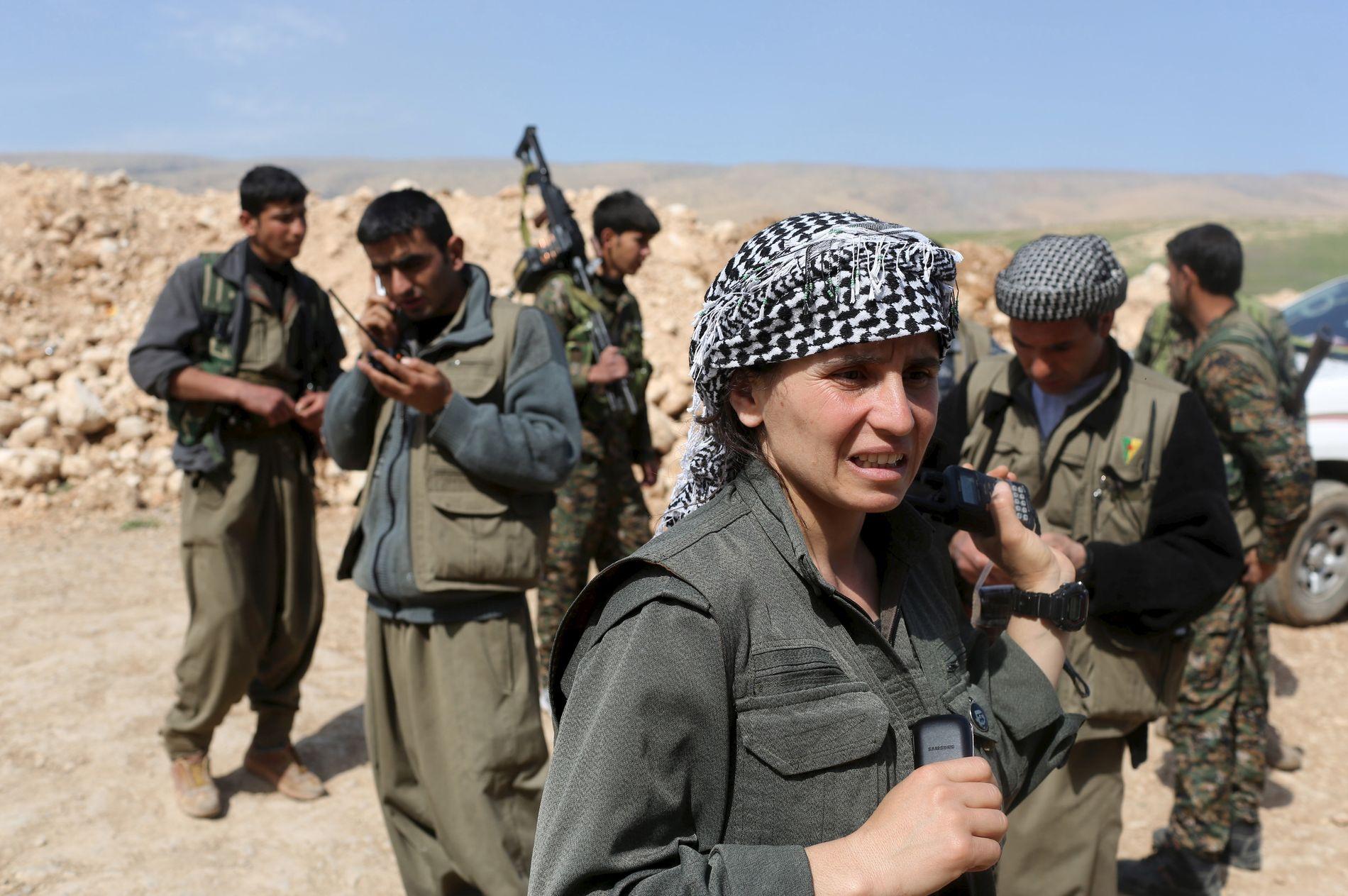 VIL HA SELVSTYRE: PKK er et kurdisk arbeiderparti med en væpnet gren som kjemper for selvstyre. Bildet viser kvinnelige PKK-krigere i Sinjar i nordvestlige Irak mars 2015.