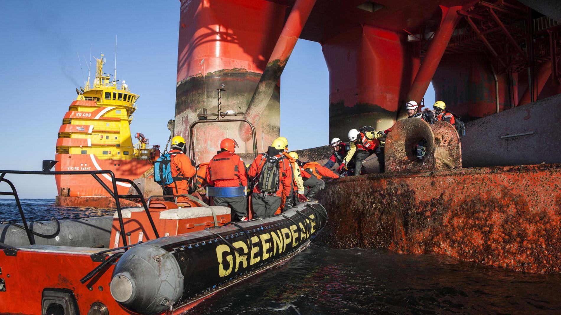Aksjonerte: Greenpeace-aktivister klatrer ombord på Transocean Spitsbergen ved Bjørnøya i Barentshavet.