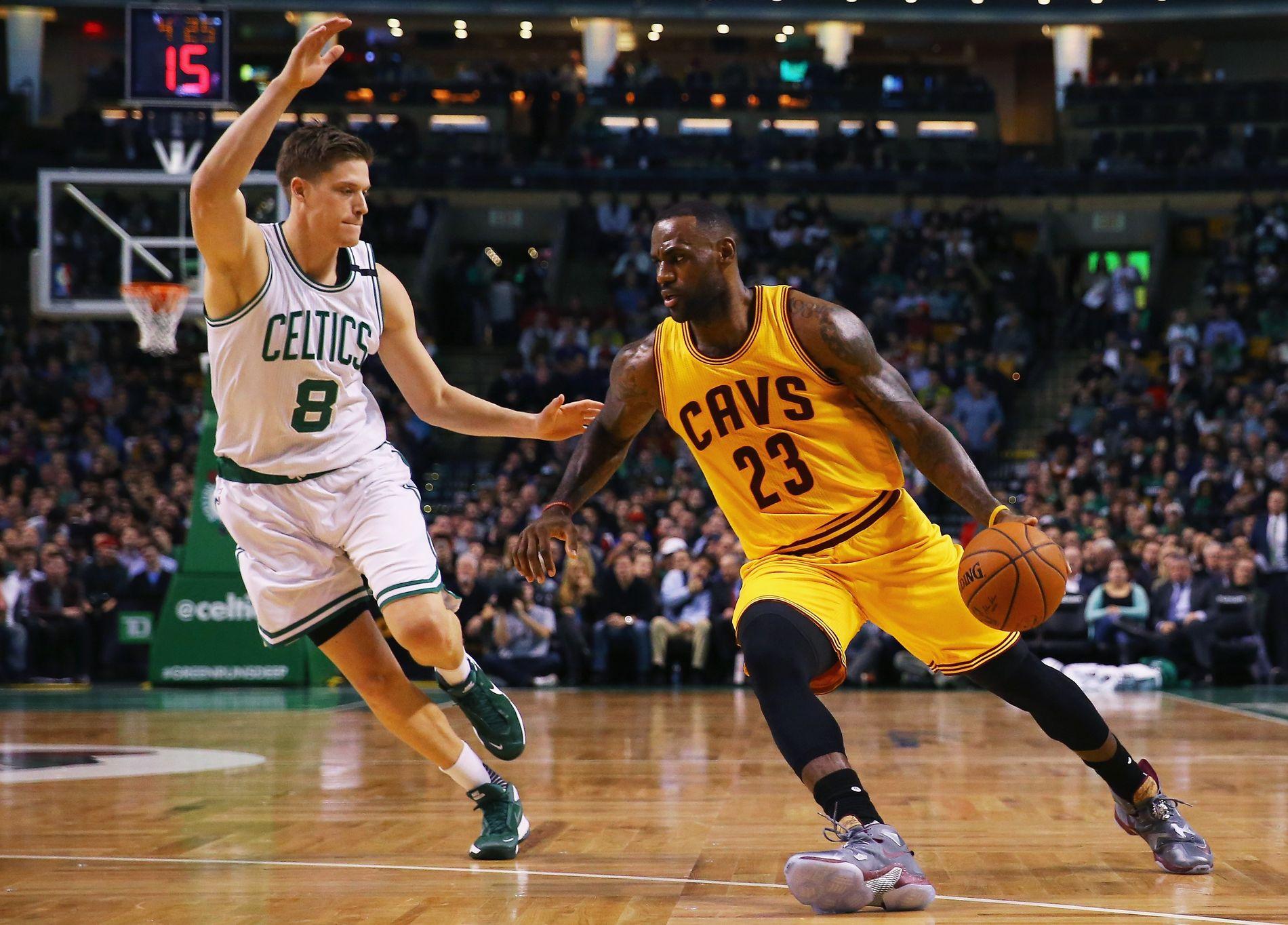 KLAR FOR VERDENS BESTE: Jonas Jerebko, her i duell med LeBron James (nå Los Angeles Lakers), skal spille den neste sesongen for de regjerende mesterne Golden State Warriors.