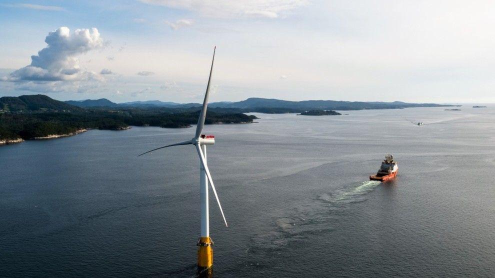 MÅ GODKJENNES: Eftas overvåkningsorgan ESA må godkjenne statsstøtten på 2,3 milliarder kroner til Equinor og de andre lisenspartnerne som vil bygge det flytende havvindprosjektet Hywind Tampen for å erstatte gasskraft på Gullfaks og Snorre. Dette bildet er fra slepet av den siste av de fem Hywind-turbinene som ble fraktet fra Stord til Skottland i 2017.