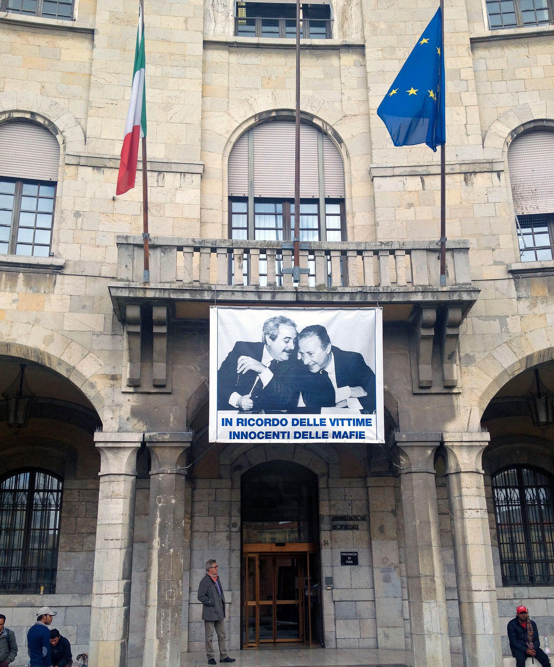 IKONISK: Det kjente fotografiet av Giovanni Falcone og Paolo Borsellino henger i, eller ved, mange offentlige bygg i Italia.