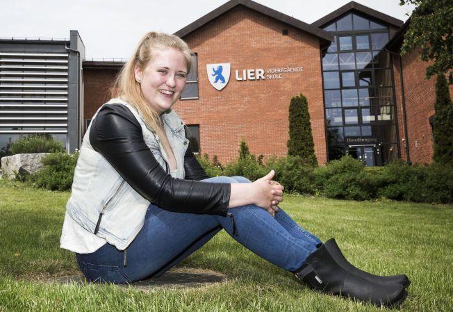 SNAKK OM SNUOPERASJON: Inghild Bergseth (19) fra Drammen, var borte 49 av 85 skoledager høsten 2013, før hun sluttet helt. Denne uka fikk hun vitnemål med null fravær og åtte seks-ere.