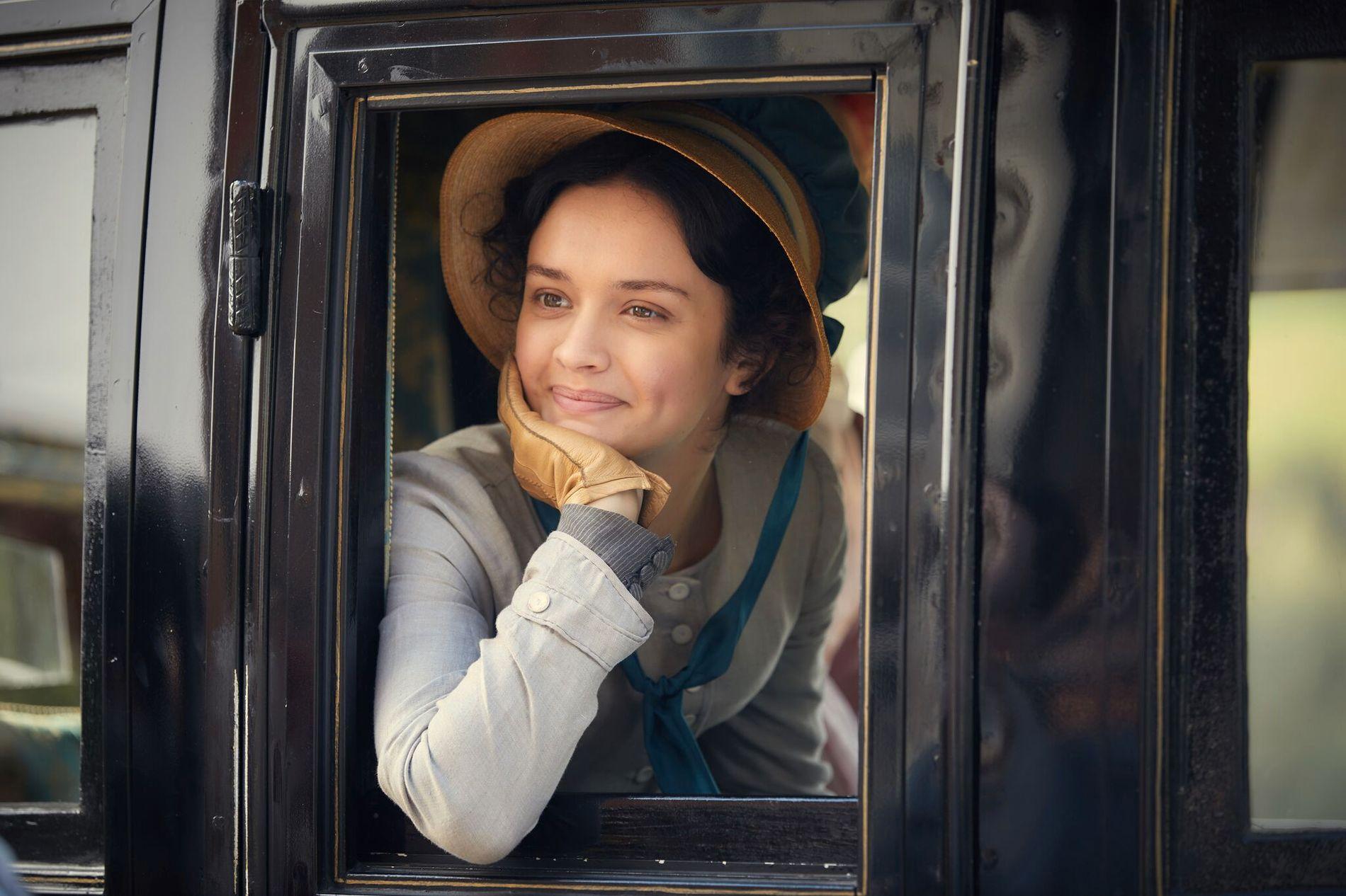 UTSIKT MOT PARADIS: Becky Sharpe (Olivia Cooke) sikter mot toppen, men kan fort havne under broen. Her i vogn.