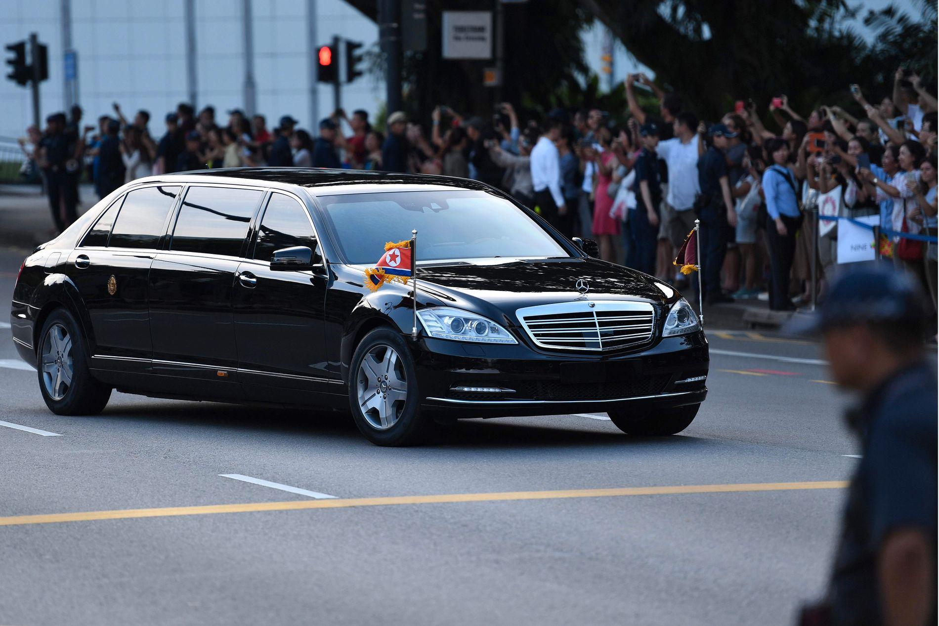 MØTT MED JUBEL: Mange skuelystne hadde møtt opp for å få et glimt av Nord-Koreas leder Kim Jong-un, her på vei til presidentpalasset i Singapore.