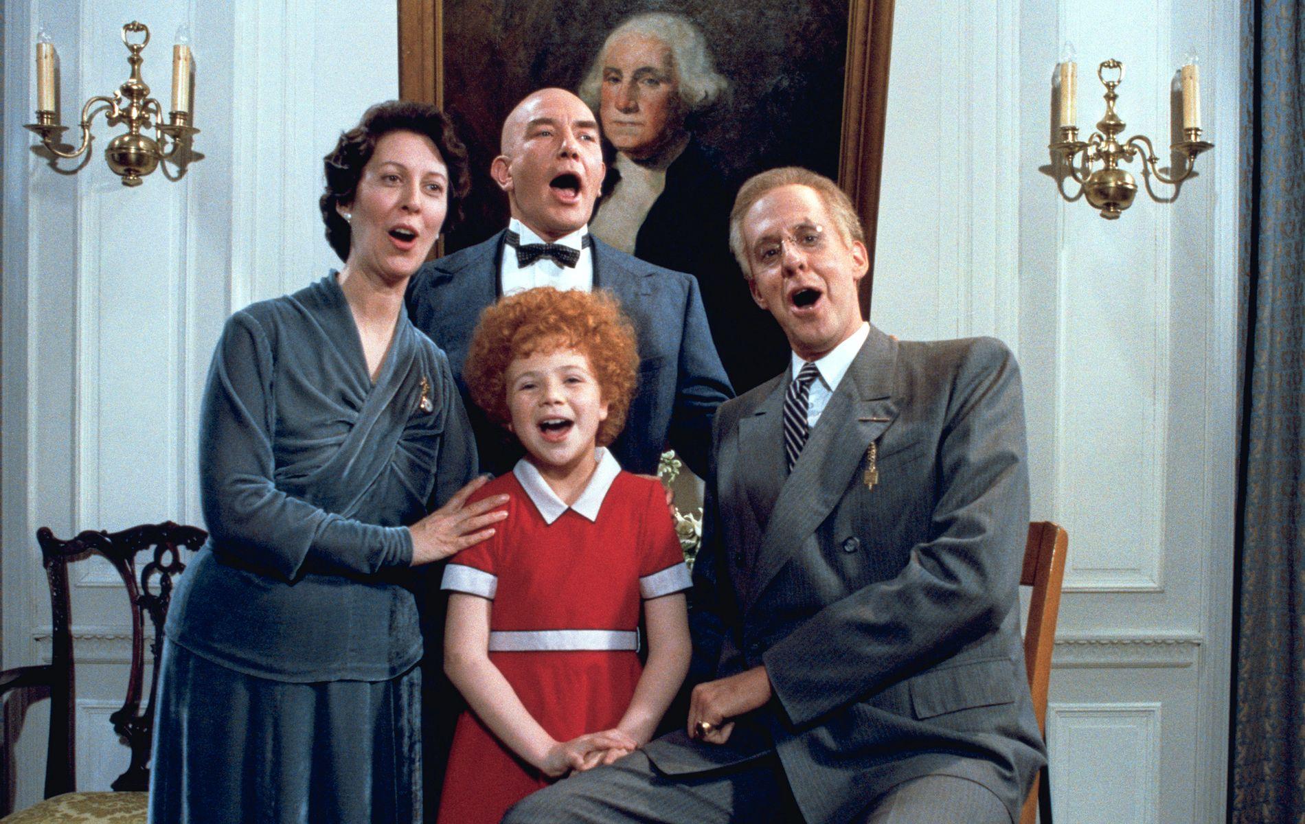 ORIGINALEN: F.v: Lois De Banzie som Eleanor Roosevelt, Albert Finney som Daddy Warbucks, Aileen Quinn som Annie og Edward Hermann som president Roosevelt i «Annie».