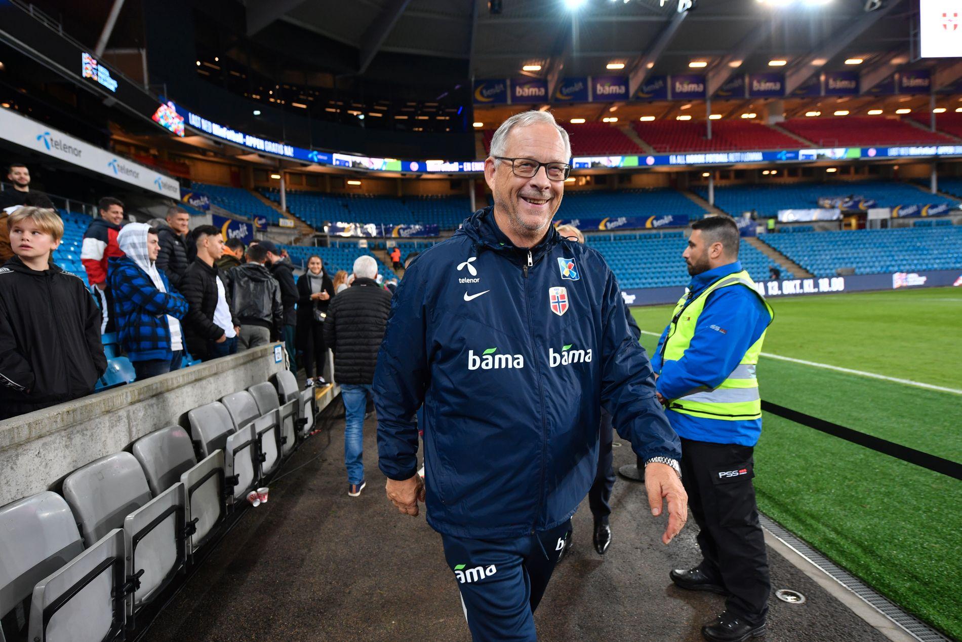 LARS WINNERBÄCK: Lars Lagerbäck, som også burde få etternavnet til den svenske artisten Lars Winneräck, på vei ut av Ullevaal etter 2–0-seieren over Kypros.
